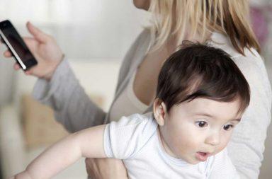 Estudo diz que pais olharem celular faz mal ao bebê
