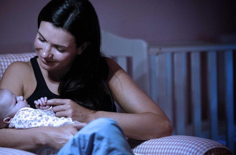 Mães que amamentam dormem mais