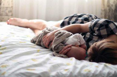 Como dormir mais com um bebê em casa
